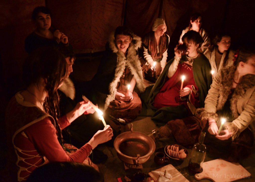 Kobiety przy świetle świec