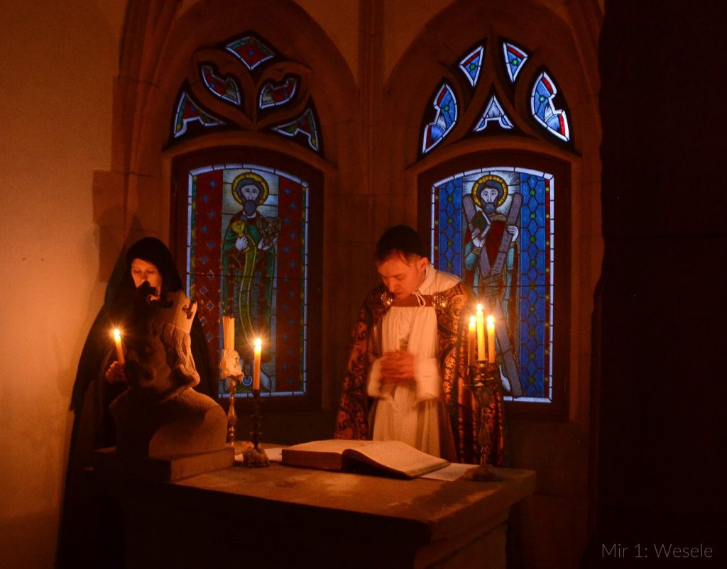 Nabożeństwo, kaplica oświetlona świecami