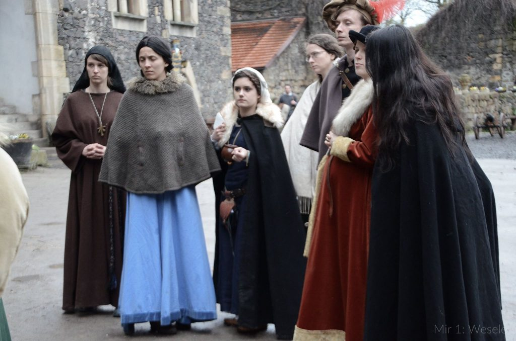 Grupka kobiet w skromnych strojach
