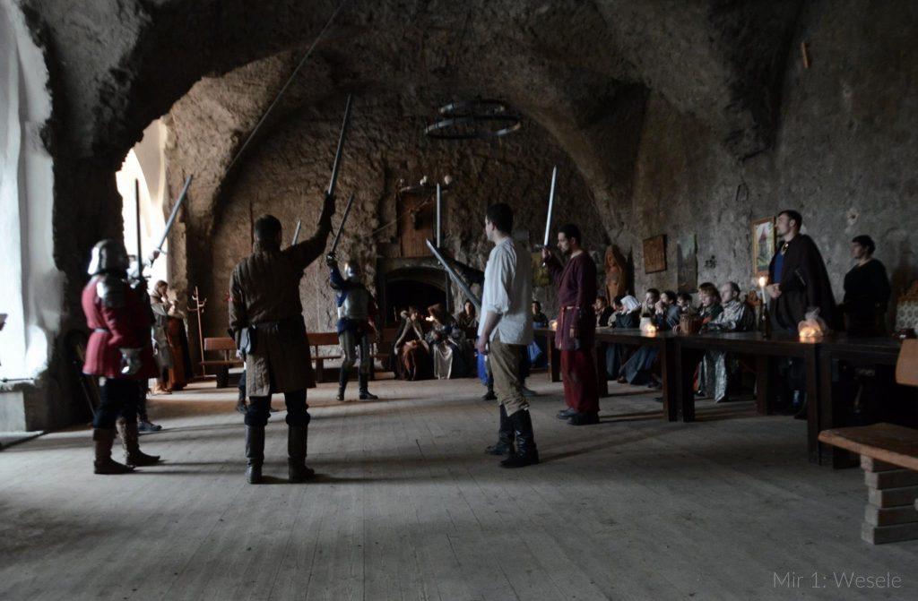 Sala zamkowa, rycerze z mieczami