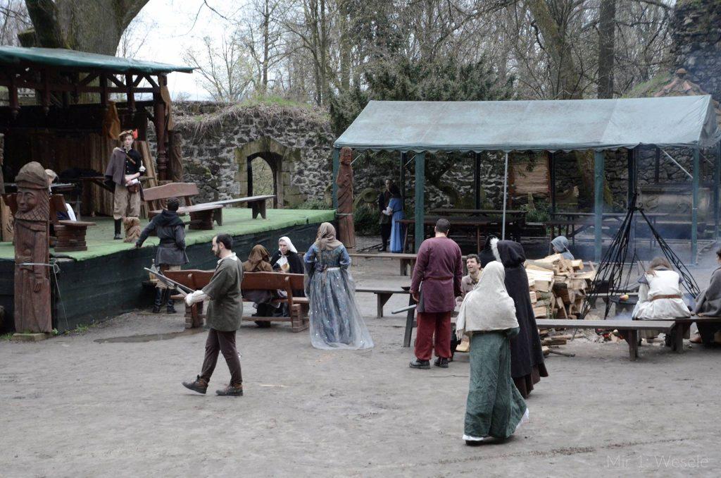 Gracze przechadzają się i rozmawiają na dziedzińcu zamku Grodziec