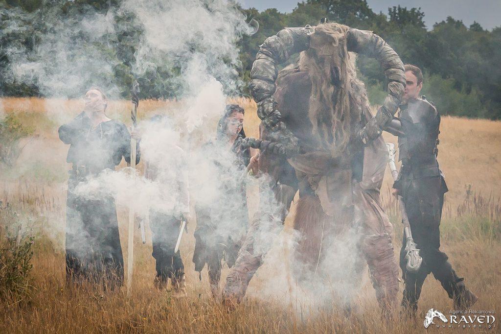 Potwór Chaosu pośród dymu.
