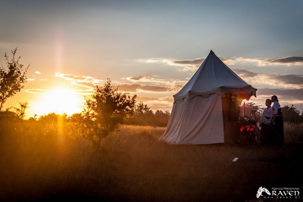 Obóz o zachodzie słońca.