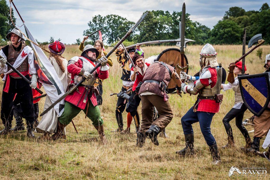 Grupa żołnierzy okłada berserkera, który wbiegł pomiędzy nich