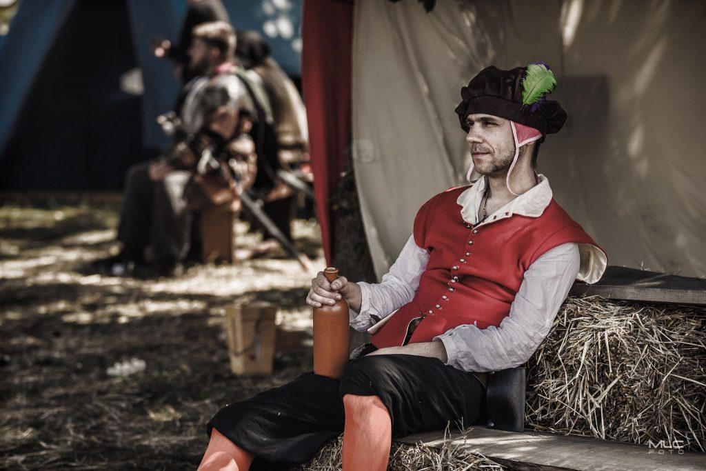 Żołnierz odpoczywa z butelką wina