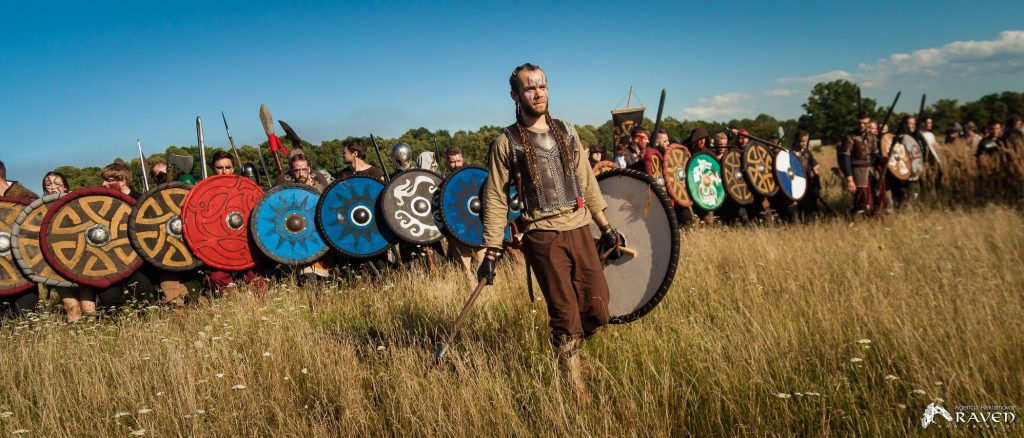 Norsmeni formują ścianę z tarcz na larpie Battlequest 2017