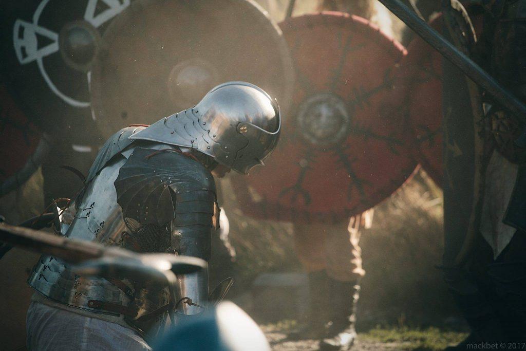 Żołnierz w gotyckiej zbroi płytowej klęczy pokonany na larpie Battlequest 2017