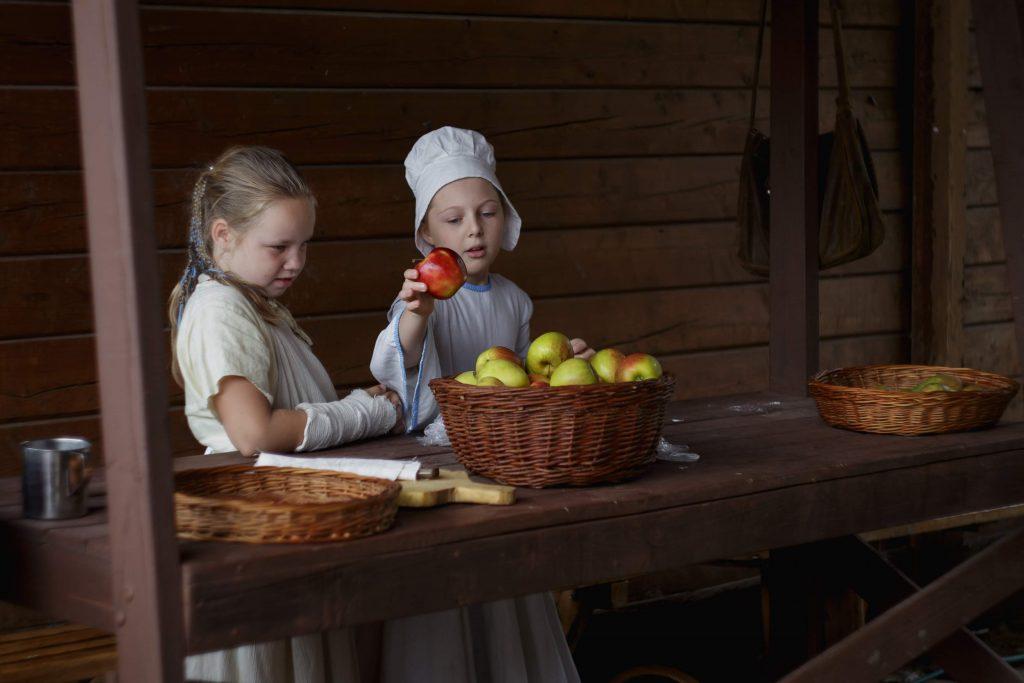 Dwójka dzieci z koszem jabłek, larp