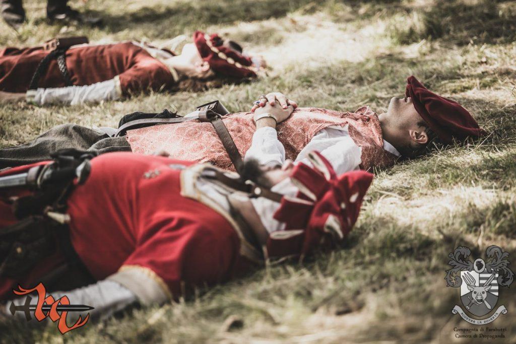 Trzech żołnierzy śpi na trawie